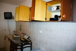 Кухня. Черногория, Будва : Апартамент в Будве в 700 метрах от моря