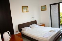 Черногория, Будва : Комната на 2 персоны с кондиционером, c видом на море, 100 метров от пляжа