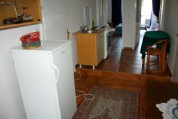 Кухня. Черногория, Будва : Апартаменты на 5 персон, 2 спальни, c видом на море, 100 метров от пляжа