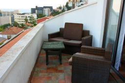 Балкон. Черногория, Будва : Апартаменты на 5 персон, 2 спальни, c видом на море, 100 метров от пляжа