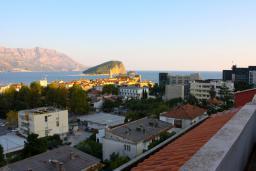Вид на море. Черногория, Будва : Апартаменты на 5 персон, 2 спальни, c видом на море, 100 метров от пляжа