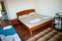 Спальня. Черногория, Будва : Апартаменты на 5 персон, 2 спальни, c видом на море, 100 метров от пляжа