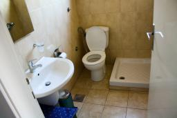 Ванная комната 2. Черногория, Будва : Апартаменты на 5 персон, 2 спальни, c видом на море, 100 метров от пляжа