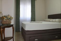 Спальня. Черногория, Доброта : Апартаменты с отдельной спальней и террасой с видом на море