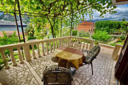 Терраса. Черногория, Доброта : Апартаменты с отдельной спальней и террасой с видом на море