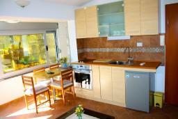 Кухня. Черногория, Доброта : Апартамент с 2-мя спальнями у моря, с видом на залив