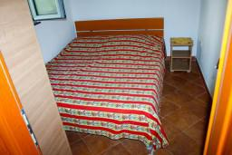 Спальня 2. Черногория, Доброта : Апартамент с 2-мя спальнями у моря, с видом на залив