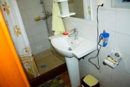 Ванная комната. Черногория, Доброта : Апартамент с 2-мя спальнями у моря, с видом на залив