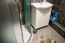 Ванная комната. Черногория, Котор : Апартаменты на 5 персон, 2 спальни