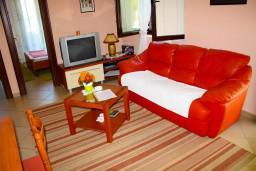 Гостиная. Черногория, Доброта : Апартаменты на 6 персон c видом на залив, у моря, 2 спальни
