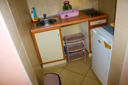Кухня. Черногория, Доброта : Апартаменты на 6 персон c видом на залив, у моря, 2 спальни