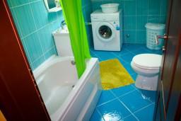 Ванная комната. Черногория, Доброта : Апартаменты на 4 персоны, 2 спальни, у моря