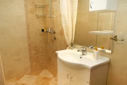 Ванная комната. Черногория, Муо : Апартамент у моря, c видом на залив