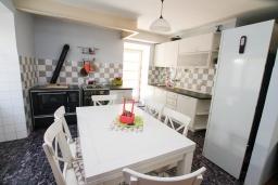 Обеденная зона. Черногория, Доброта : 2-х этажный дом для 6-7 человек, с 3-мя  отдельными спальнями, с зеленым садом, 50 метров от моря