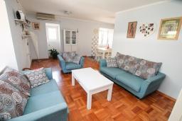 Гостиная. Черногория, Доброта : 2-х этажный дом для 6-7 человек, с 3-мя  отдельными спальнями, с зеленым садом, 50 метров от моря