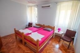 Спальня. Черногория, Доброта : 2-х этажный дом для 6-7 человек, с 3-мя  отдельными спальнями, с зеленым садом, 50 метров от моря