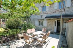 Фасад дома. Черногория, Доброта : 2-х этажный дом для 6-7 человек, с 3-мя  отдельными спальнями, с зеленым садом, 50 метров от моря