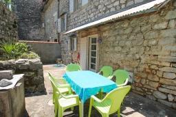 Терраса. Черногория, Доброта : 2-х этажный дом для 6-7 человек, с 3-мя  отдельными спальнями, с зеленым садом, 50 метров от моря