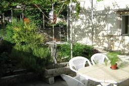 Территория. Черногория, Доброта : 2-х этажный дом для 6-7 человек, с 3-мя  отдельными спальнями, с зеленым садом, 50 метров от моря