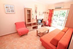 Гостиная. Черногория, Игало : Апартамент на первом этаже, на вилле с зелёным садом и детской площадкой в 15 метрах от моря