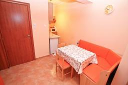 Кухня. Черногория, Игало : Апартамент на первом этаже, на вилле с зелёным садом и детской площадкой в 15 метрах от моря