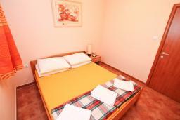 Спальня. Черногория, Игало : Апартамент на первом этаже, на вилле с зелёным садом и детской площадкой в 15 метрах от моря