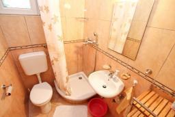 Ванная комната. Черногория, Игало : Апартамент на первом этаже, на вилле с зелёным садом и детской площадкой в 15 метрах от моря