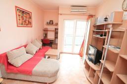Гостиная. Черногория, Игало : Апартамент с видом на море,  на вилле c зелёным садом и детской площадкой в 15 метрах от моря
