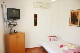 Спальня. Черногория, Мельине : Апартамент с отдельной спальней, с террасой и видом на сад