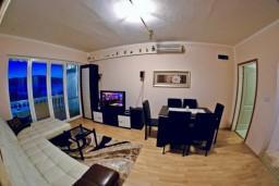 Гостиная. Черногория, Тиват : Апартамент с видом на море в Тивате в 200 метрах от моря