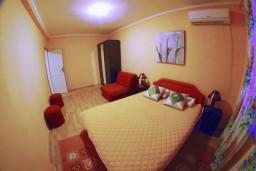 Спальня. Черногория, Тиват : Апартамент с видом на море в Тивате в 200 метрах от моря