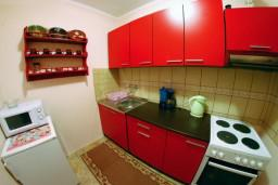 Кухня. Черногория, Тиват : Апартамент с видом на море в Тивате в 200 метрах от моря