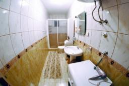 Ванная комната. Черногория, Тиват : Апартамент с видом на море в Тивате в 200 метрах от моря