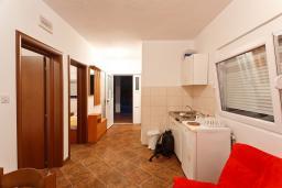 Гостиная. Черногория, Радовичи : Апартамент для 5 человек с двумя отдельными спальнями, с террасой и видом на сад