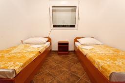 Спальня. Черногория, Радовичи : Апартамент для 5 человек с двумя отдельными спальнями, с террасой и видом на сад