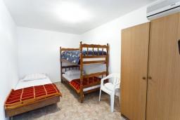 Спальня. Черногория, Обала Джурашевича : Апартамент для 6 человек с двумя отдельными спальнями, с балконом и видом на море