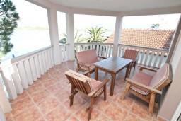 Балкон. Черногория, Обала Джурашевича : Апартамент для 4-6 человек, с двумя отдельными спальнями, с балконом и шикарным видом на море, возле пляжа