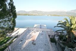 Вид на море. Черногория, Обала Джурашевича : Апартамент для 4-6 человек, с двумя отдельными спальнями, с балконом и шикарным видом на море, возле пляжа
