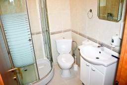 Ванная комната. Черногория, Кумбор : Cтудия с террасой видом на море