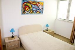 Спальня. Черногория, Кумбор : Современный апартамент на вилле с бассейном
