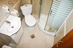 Ванная комната. Черногория, Кумбор : Современный апартамент на вилле с бассейном