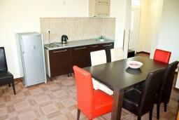 Кухня. Черногория, Кумбор : Апартамент ARUBA c 2-мя спальними с балконом и видом на море