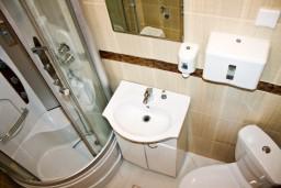 Ванная комната. Черногория, Кумбор : Апартамент ARUBA c 2-мя спальними с балконом и видом на море