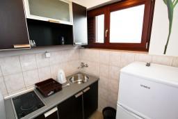 Кухня. Черногория, Каменово : Апартамент с отдельной спальней, с террасой с видом на море