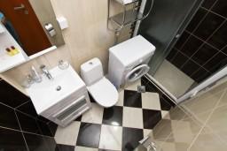 Ванная комната. Черногория, Каменово : Люкс апартамент на 4-7 персоны, с 2 спальнями и балконом с видом на море