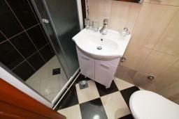Ванная комната. Черногория, Каменово : Студия 24м2 с балконом с видом на море