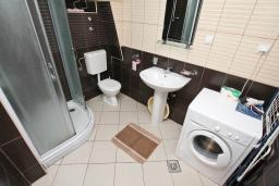 Ванная комната. Черногория, Герцег-Нови : Студия с террасой, 10 метров до моря