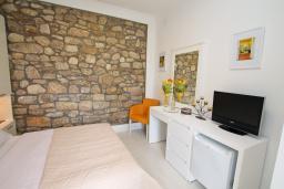 Спальня. Черногория, Игало : Комната на 2 персоны с видом на сад, с кондиционером