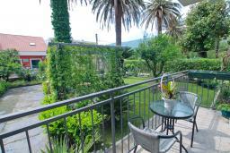 Терраса. Черногория, Игало : Комната на 2 персоны с видом на сад, с кондиционером