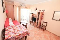 Гостиная. Черногория, Игало : Двухкомнатный апартамент с отдельной спальней, кухней, балконом с видом на море